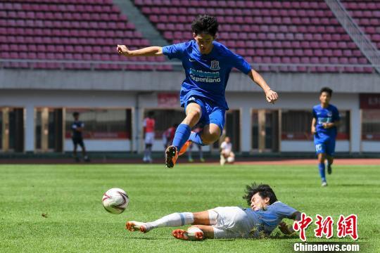 中国队队员躲避韩国队队员的铲球。 杨华峰 摄