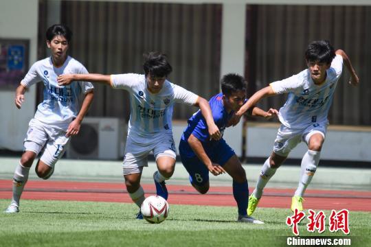 中国队队员被韩国队队员夹防。 杨华峰 摄