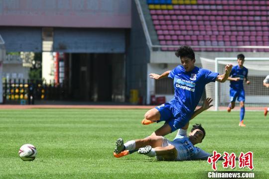 韩国队员将中国队队员铲倒。 杨华峰 摄