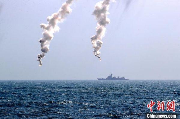 综合攻防操演中,舰艇发射干扰弹。 龚颢 摄