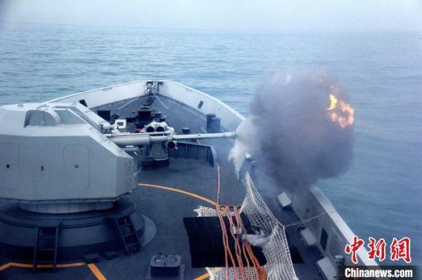 扬州舰主炮对岸射击。 龚颢 摄