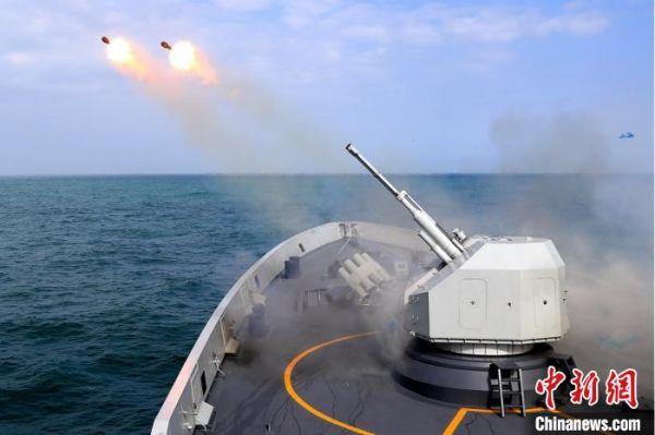 扬州舰实射火箭深弹。 龚颢 摄